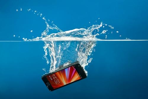 Mit tegyél, ha vízbe esik a mobilod?